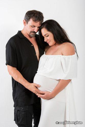 Kobieta w ciąży z mężczyzną zdjęcie na białym tle